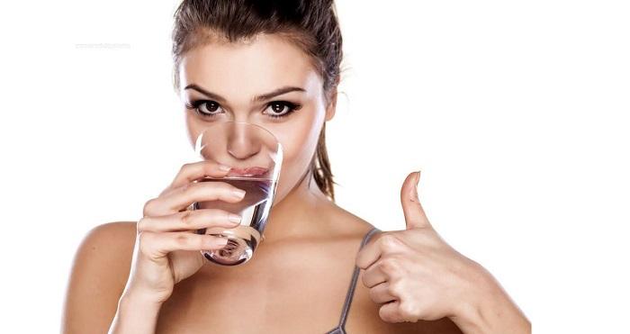 beber-agua-salud-bienestar